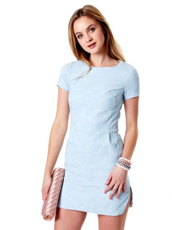 Sukienka jasnoniebieska w wypukły kwiatowy deseń