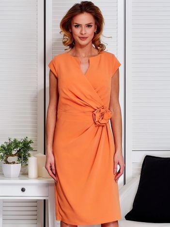Sukienka jasnopomarańczowa z drapowaniem i ozdobnym kwiatem