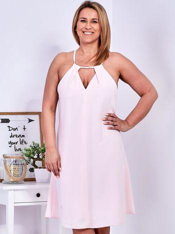 Sukienka jasnoróżowa z ozdobnym dekoltem PLUS SIZE