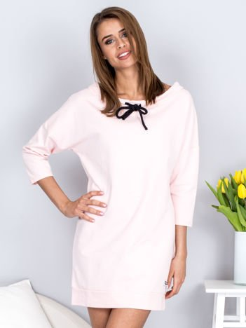 Sukienka jasnoróżowa z troczkami przy dekolcie