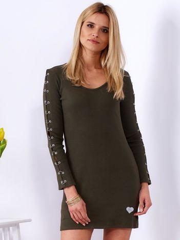 Sukienka khaki z kółeczkami na rękawach