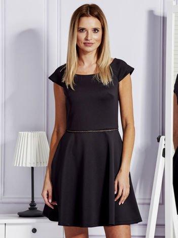 Sukienka koktajlowa z błyszczącym paskiem czarna