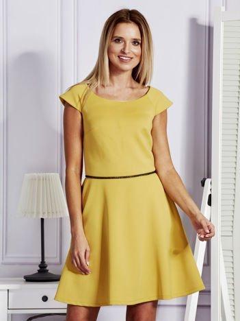 Sukienka koktajlowa z błyszczącym paskiem żółta