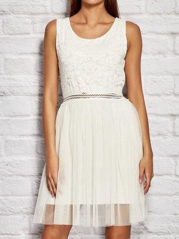 Sukienka koktajlowa z tiulową spódnicą biała