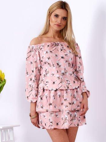Sukienka różowa odsłaniająca ramiona w kwiatki
