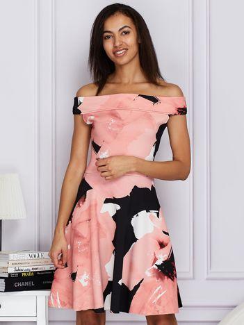 Sukienka różowa z odkrytymi ramionami z motywem kwiatowym