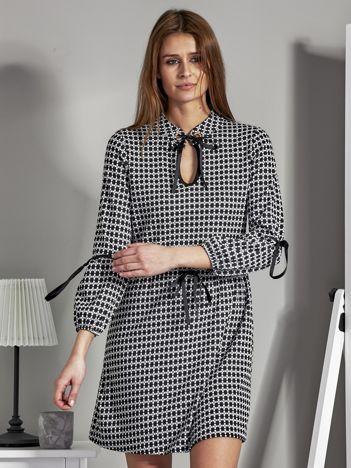 Sukienka z nadrukiem i wiązaniami czarno-biała