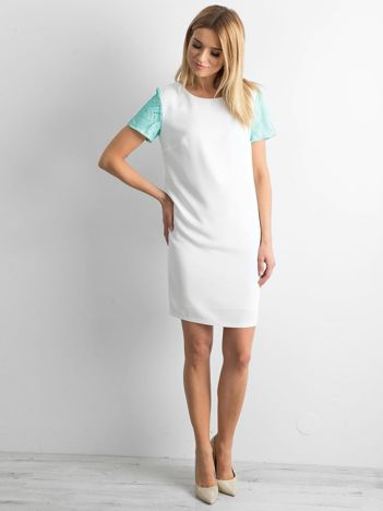 Sukienka z ozdobnymi rękawami biała