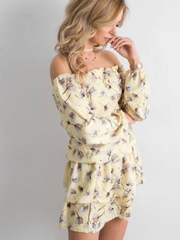 Sukienka żółta odsłaniająca ramiona w kwiatki