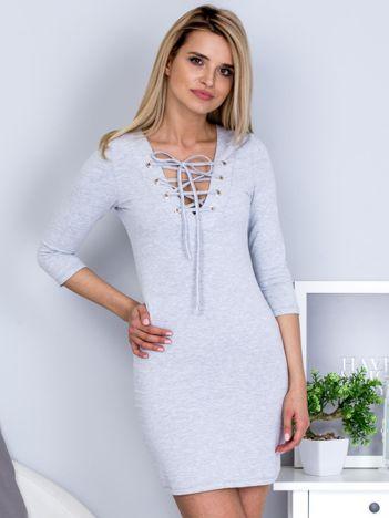 Szara dopasowana sukienka ze sznurowanym dekoltem