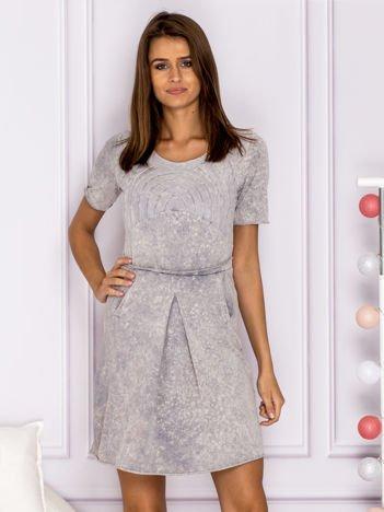 Szara marmurkowa sukienka z tiulowym zdobieniem