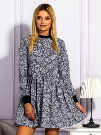 Szara sukienka w ornamentowe wzory