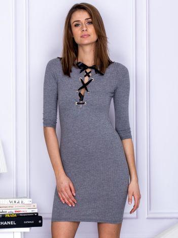 Szara sukienka w prążek z dekoltem lace up