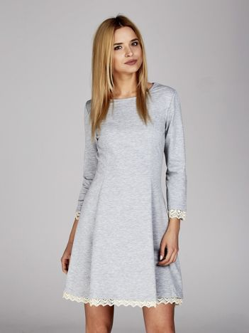 Szara sukienka z koronkowymi wstawkami i sznurowaniem