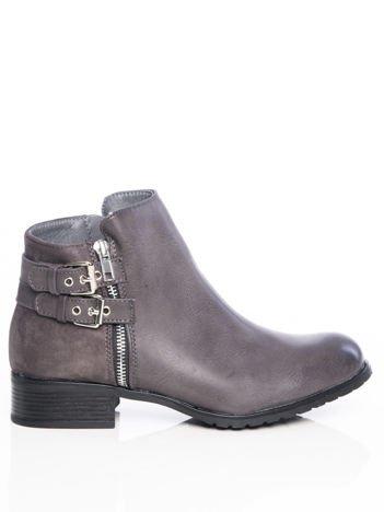 Szare lekko cieniowane  botki na klocku z ozdobnymi paskami na tyle buta i suwakiem na boku