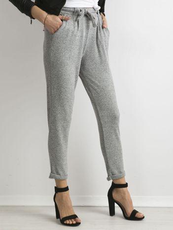 Szare melanżowe spodnie z paskiem