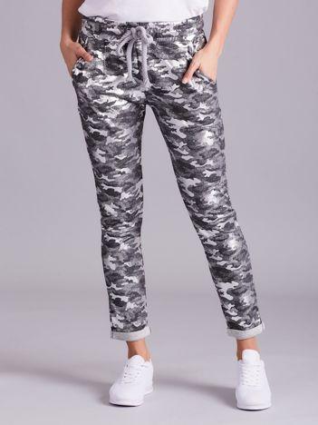 Szare spodnie dresowe w printy