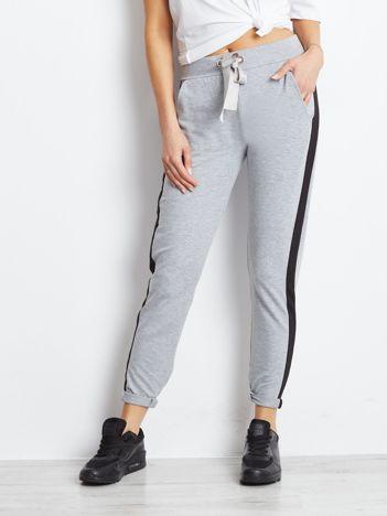 Szare spodnie dresowe z czarnym lampasem