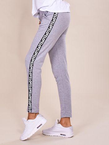 Szare spodnie dresowe z lampasami