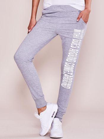 Szare spodnie dresowe z napisem na nogawce