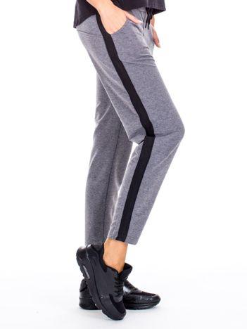 Szare spodnie dresowe z troczkami i lampasami