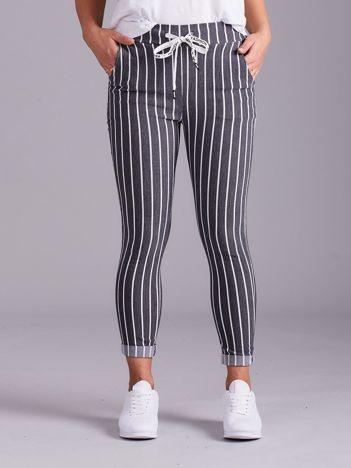 Szare spodnie w paski z błyszczącą nitką