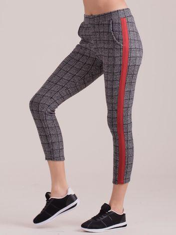 Szare spodnie we wzory z czerwonymi lampasami