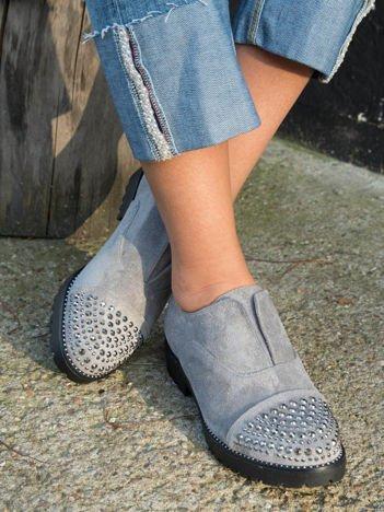 Szare zamszowe botki z ozdobną wstawką z przodu buta wysadzaną błyszczącymi dżetami