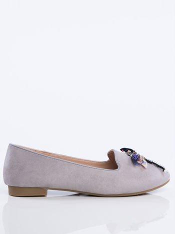 Szare zamszowe lordsy na niskim klocku z ozdobną naszywaną ważką z przodu buta