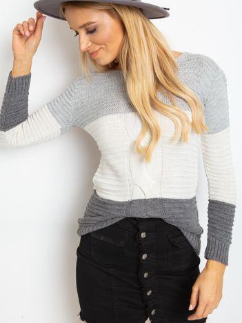 Szaro-grafitowy sweter w szerokie pasy