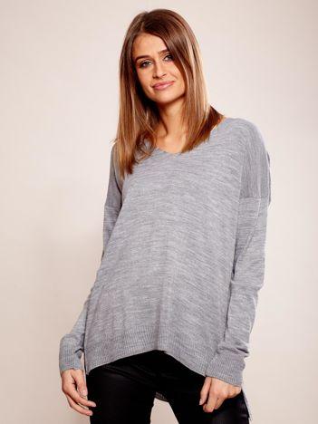 Szary sweter oversize w serek