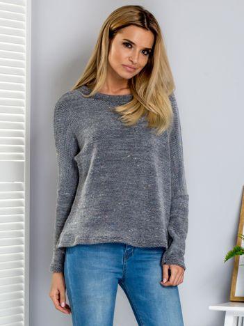 Szary sweter z kolorową nicią