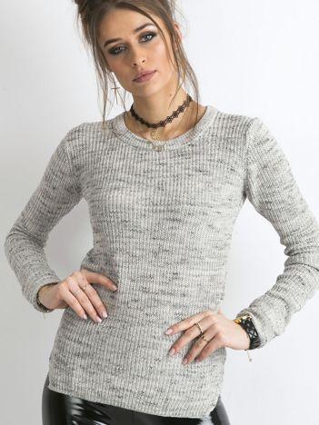 Szary sweter z podwijanymi rękawami