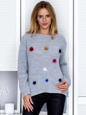 Szary sweter z pomponikami