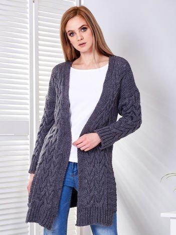 Szary sweter z rozcięciami w warkoczowe sploty