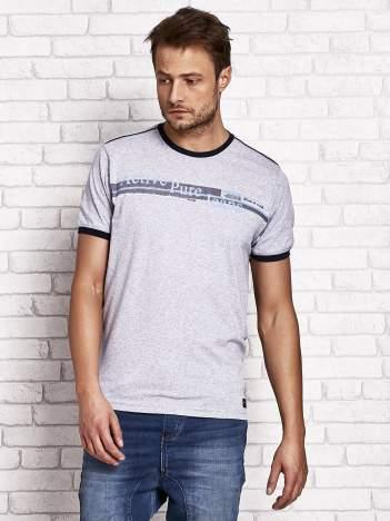 Szary t-shirt męski z motywem tekstowym