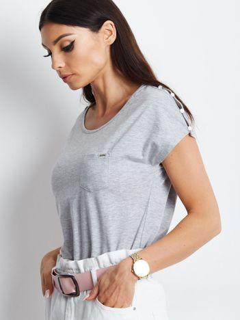 Szary t-shirt z kieszonką i guzikami na ramionach