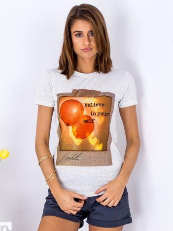 Szary t-shirt z nadrukiem balonów