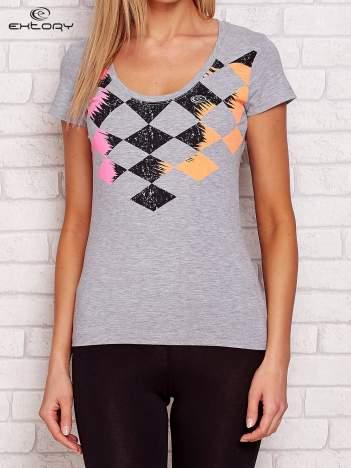 Szary t-shirt z nadrukiem kolorowych rombów