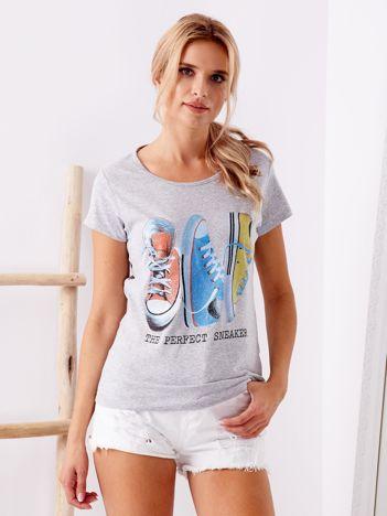 Szary t-shirt z nadrukiem trampek