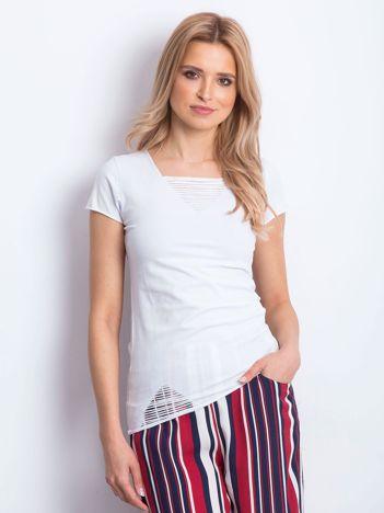 T-shirt biały z drobnymi rozcięciami