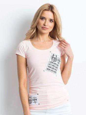 T-shirt brzoskwiniowy z naszywkami