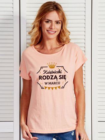T-shirt damski KSIĘŻNICZKI RODZĄ SIĘ W MARCU brzoskwiniowy