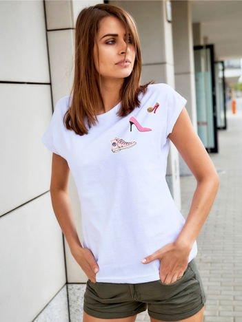 T-shirt damski biały z naszywkami SHOES