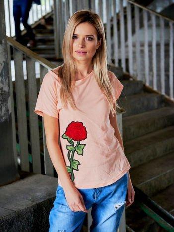 T-shirt damski brzoskwiniowy z naszywką FLOWER