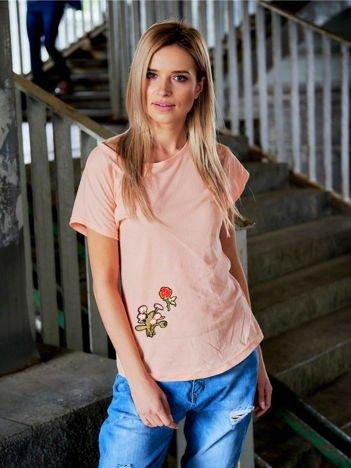 T-shirt damski brzoskwiniowy z naszywkami