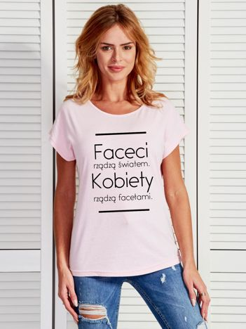 T-shirt damski jasnoróżowy KOBIETY RZĄDZĄ FACETAMI