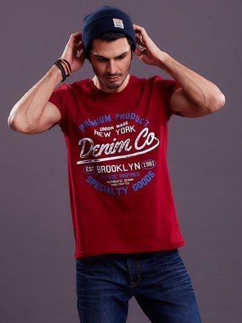 T-shirt męski bordowy z tekstowym nadrukiem