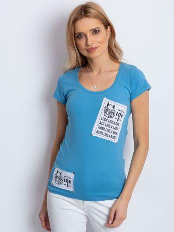 T-shirt niebieski z naszywkami