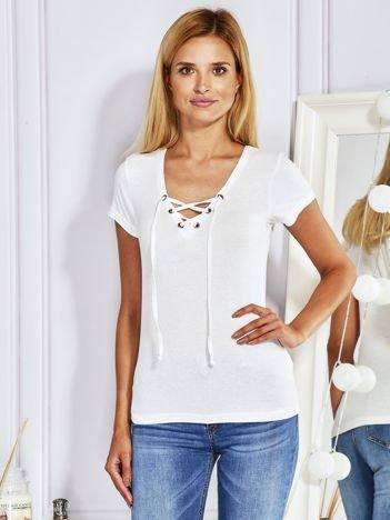 T-shirt w prążki z wiązanym dekoltem biały